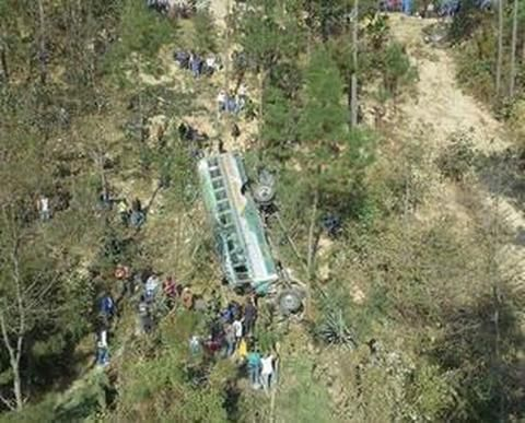 GIATEMALA Un bus, con una quarantina di persone a bordo tra cui una donna incinta, è precipitato in un burrone, effettuando una