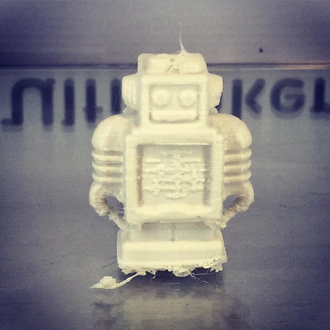 Something we liked from Instagram! Da har Vågen Videregående Skole og KDA / DH fått sin helt egen 3D-Printer. Vågen vgs har fått tilskudd fra Rogaland Fylkeskommune til å kjøpe inn den siste modellen av Ulitmaker Extended . Vi gleder oss over å kunne arbeide enda mer 3-dimensjonalt framover by vaagenvgs check us out: http://bit.ly/1KyLetq
