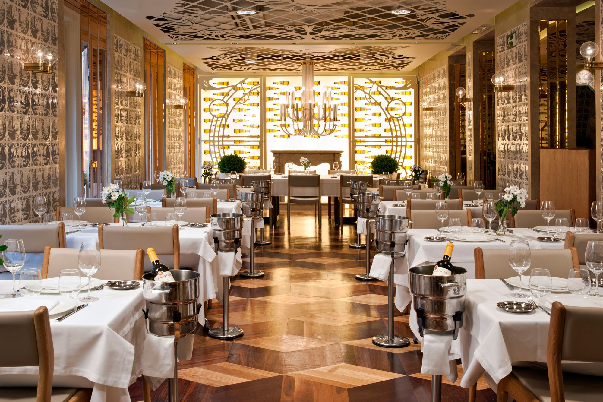 Fantastic restaurant interior decor art nouveau style for Diner style curtains