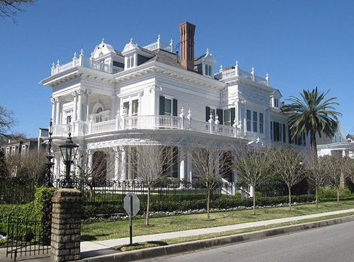 Red Luxury Mansion In Historic Savannah Chats And Wedding Cake