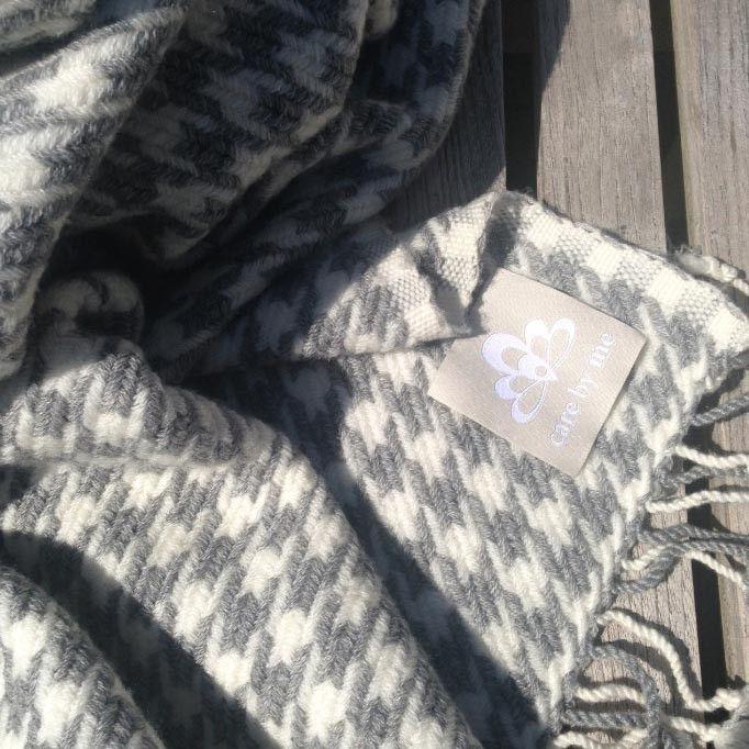 Care By Me Decke Schal Grau Weiss 100 Wolle 130x180 Cm Hahnentritt Muster Gefunden Im Kontor1710 Decke Grau Wohndecke