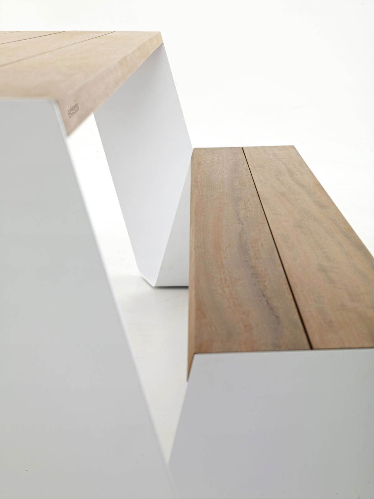 Hooper Clearly Bears Resemblance To The Traditional Picnic Table Everybody Knows But As Is Typical Of Extremis It Goes Beyond The Expected T Table De Jardin Bois Table Bois Et Table
