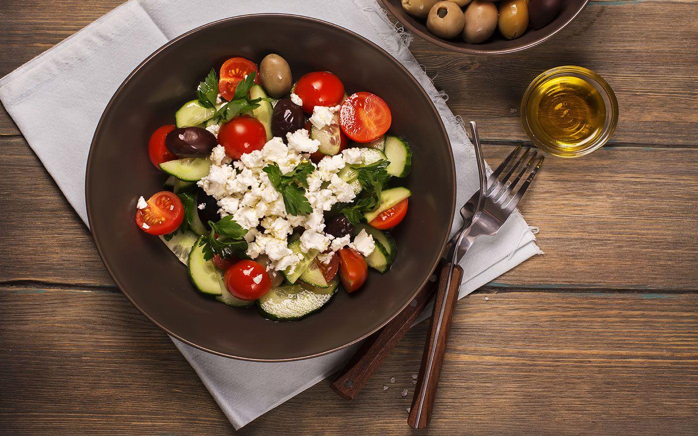Deze typisch Bulgaarse Sjopska Salade wordt vooral als voorgerecht gegeten met een glaasje rakia.