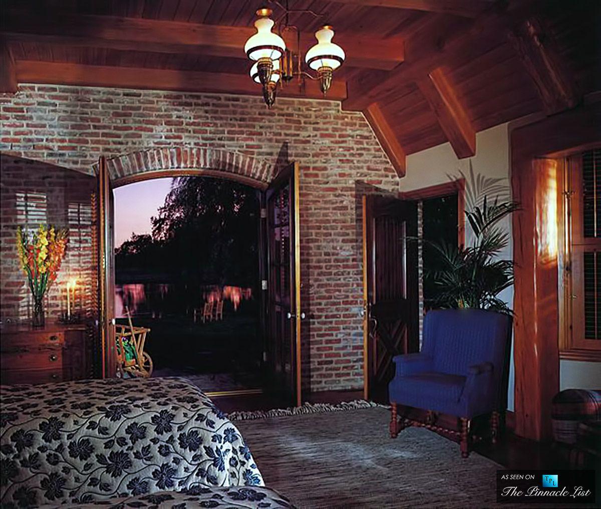 Как поставить двуспальную кровать в зале фото