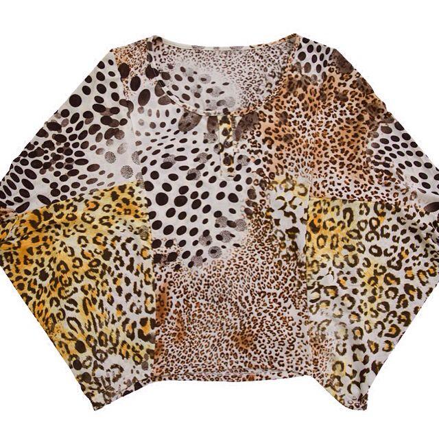 Blusa estampa onça com vista e manga morcego. R$ 49,50.