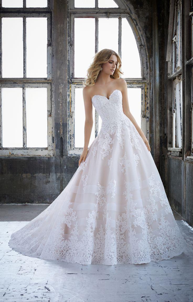 Umwerfendes schulterfreies Brautkleid mit floraler Spitze aus der ...