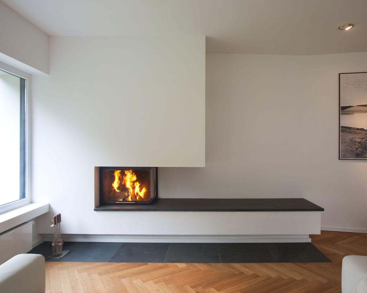 der sockel des zweiseitigen heizeinsatzes varia 2rh verl ngert nach rechts in eine bank mit. Black Bedroom Furniture Sets. Home Design Ideas