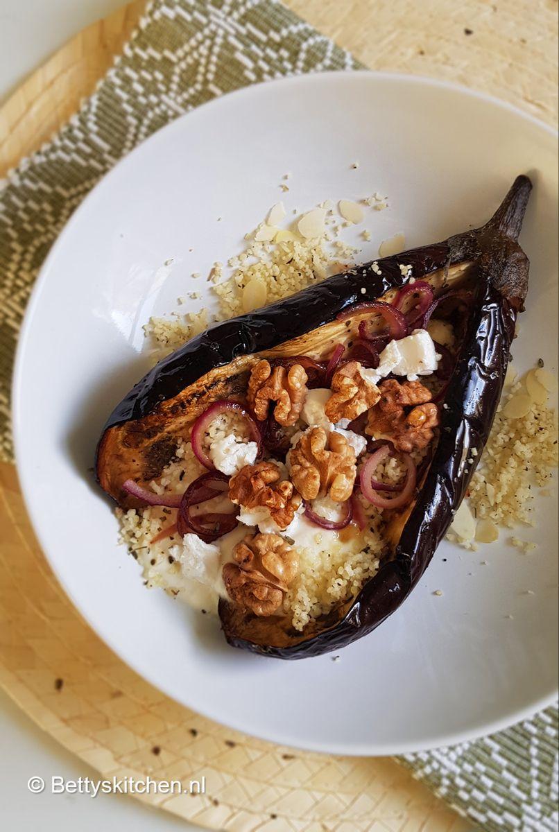 Zelf aubergines poffen in de oven. Zoals deze vegetarische gepofte aubergines met geitenkaas zijn namelijk heerlijk met couscous.
