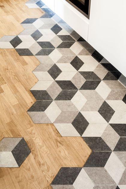 Le sol de la cuisine mixe les matériaux pour plus de style