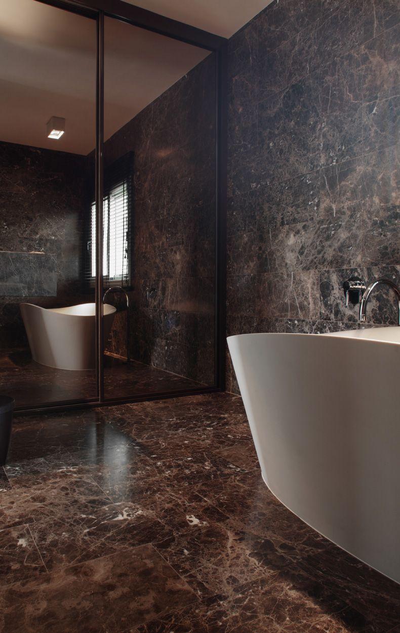 Art & Design. Bañera blanca en fondo mármol marrón. http