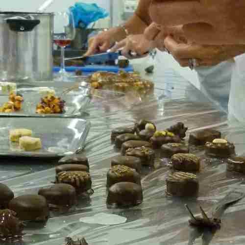 Start binnenkort. Creatieve bonbon workshop. Leer werken en experimenteren met chocolade. We nemen je mee in de wereld van chocolade. Je wordt ontvangen met koffie, thee en uiteraard bonbons en chocolade uit eigen patisserie. We vertellen waar chocolade vandaan komt en hoe chocolade wordt gemaakt met daarbij een chocolade proeverij. Daarna starten we in de chocolaterie met de bonbons. Je leert chocolade op de juiste manier te verwerken (tempereren) en met elkaar verzinnen we de smaken van de…