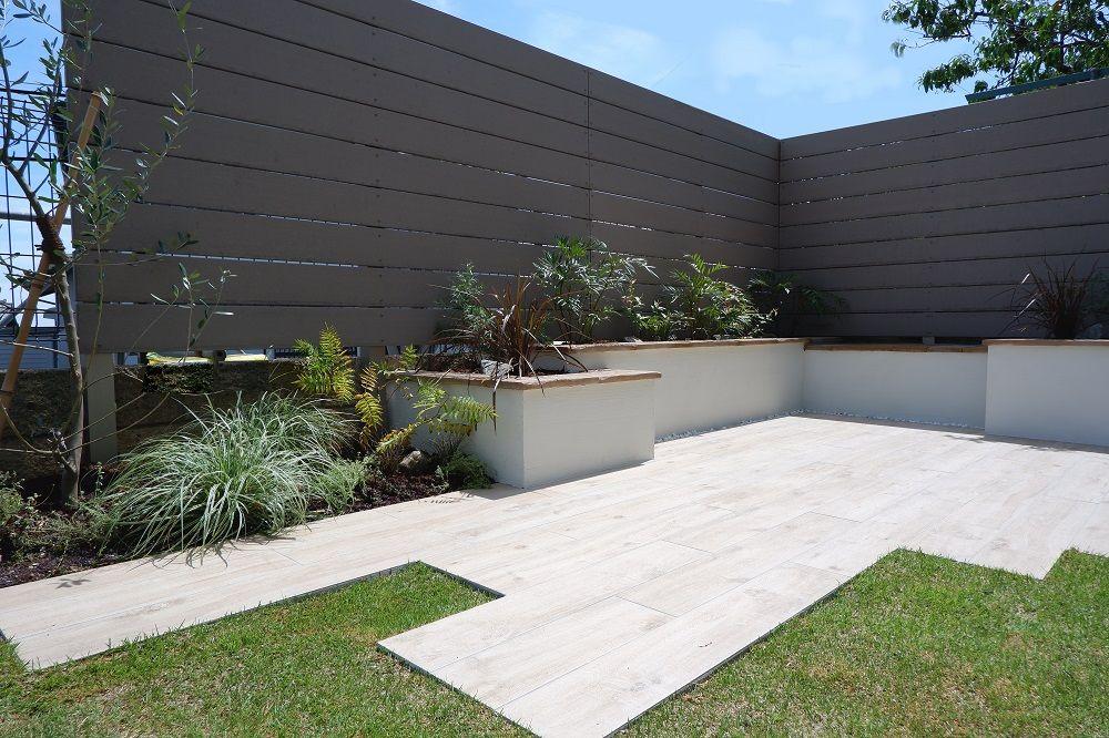 お庭に出たくなるリゾート風ガーデン | 庭 リフォーム, 庭, 庭 タイル diy