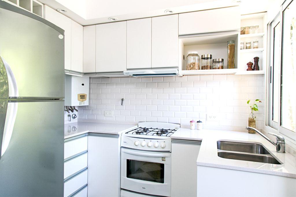 Cocina con muebles de melamina blanca con manijas de aluminio ...