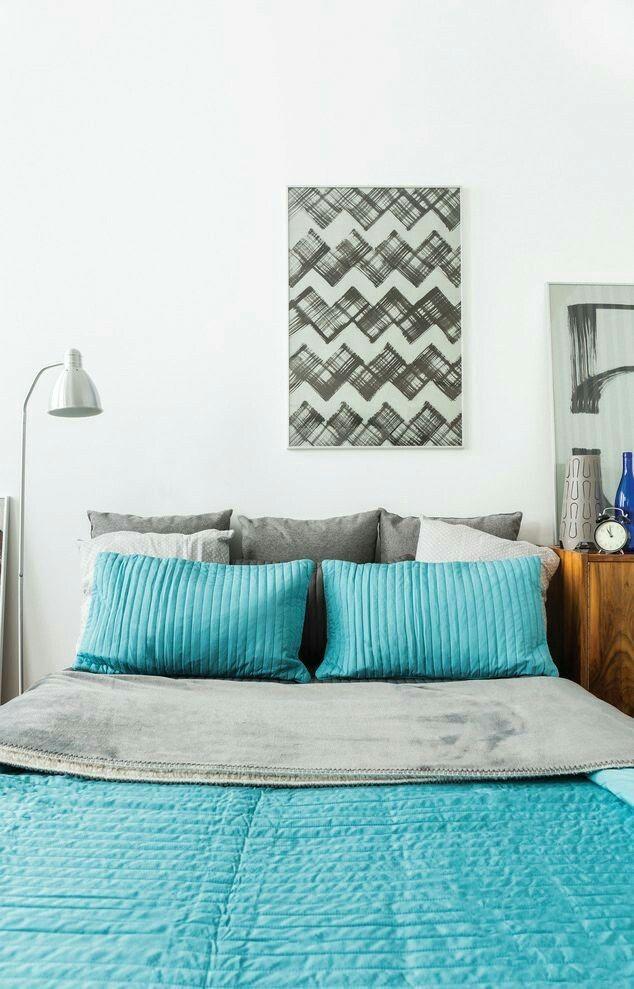 Dekoracje - mała przestrzeń nie oznacza całkowitej rezygnacji z ozdób i dekoracji. Ozdabiając ściany, zamiast galerii zdjęć z wakacji, warto zdecydować się na jedną grafikę umieszczoną nad łóżkiem. W małych mieszkaniach świetnie sprawdzają się lustra zawieszone na ścianie przeciwległej do drzwi, które sprawią, że przestrzeń wyda się większa.Pamietaj mniej znaczy więcej.