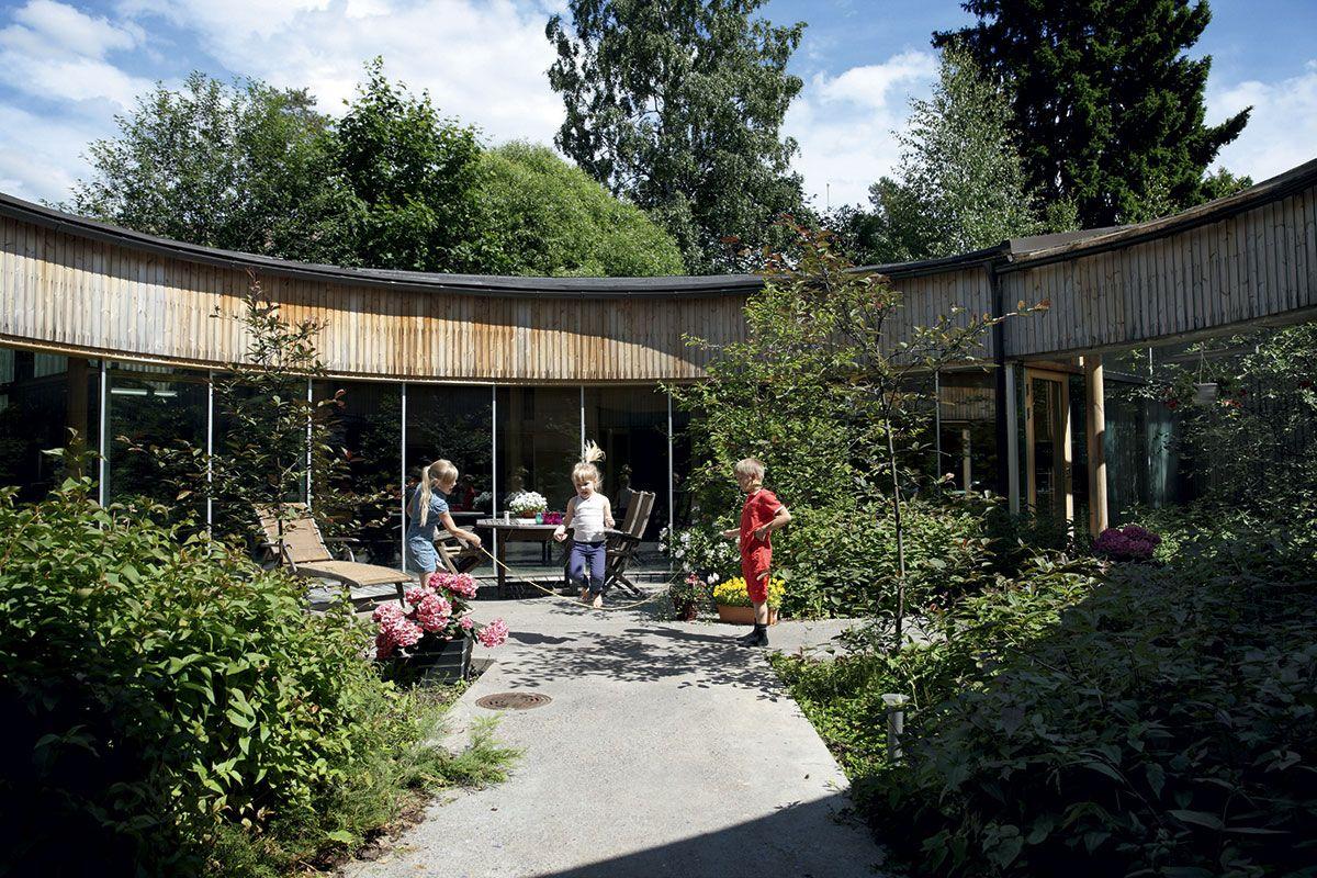 Arkkitehti halusi talon kiertyvän pienen puutarhan ympärille, joka olisi lämmin ja tuulelta suojattu oleilupaikka.