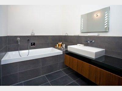 Trend im Badezimmer: anthrazitfarbene, großflächige Fliesen ...