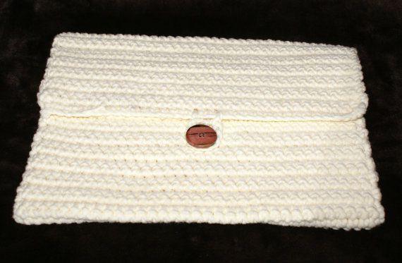 He encontrado este interesante anuncio de Etsy en https://www.etsy.com/es/listing/208317584/crochet-off-white-laptop-sleeve-115-x-75