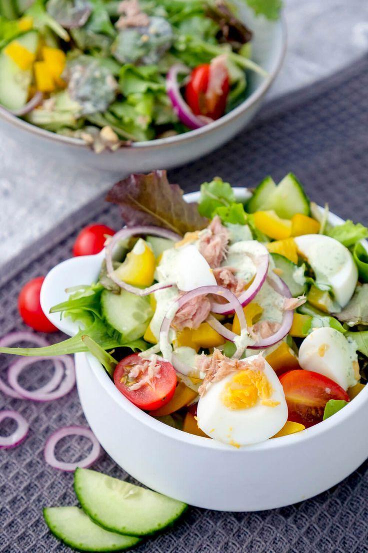 Schneller und gesunder Thunfischsalat mit Eiern und einem Basilikum-Dressing