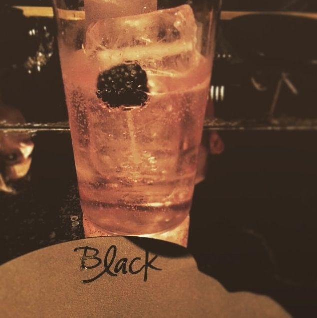 Cenas clandestinas en #BLACK by @l_capi #LaRoyale #PacoPérez #Barcelona #GinAndBurger