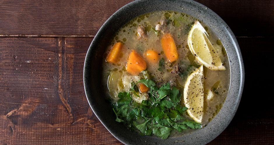 Κρεατόσουπα με λαχανικά από τον Άκη Πετρετζίκη. Μία πεντανόστιμη και εύκολη  ζεστή σούπα με μοσχάρι 3ac4dae74dd
