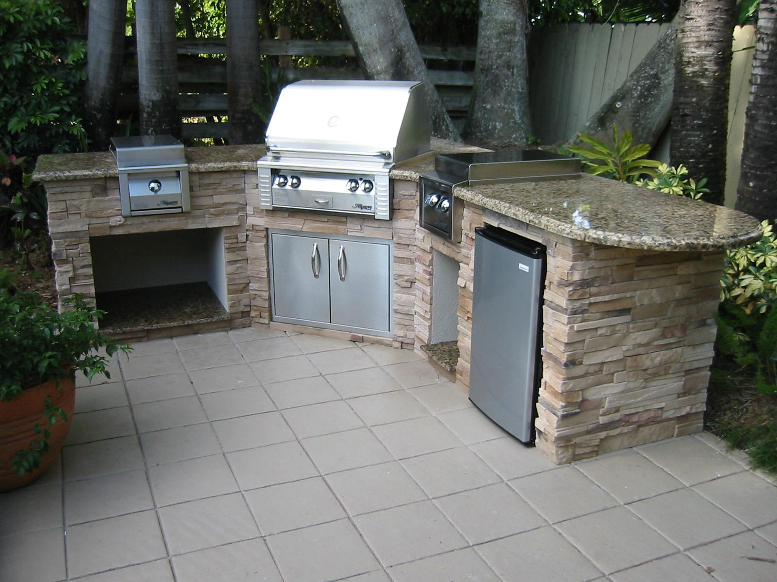 Stylish Corner Modular Kitchen Outdoor System With Stacked Stone ...