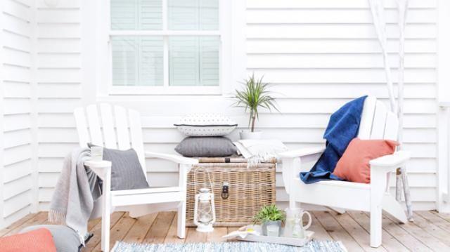 Disfrutar de un almuerzo en la terraza, un pícnic en el jardín o leer un libro al aire libre son maneras de salir de lo convencional. Y existen distintas formas de hacer que estos momentos sean más especiales, al decorar o intervenir el espacio con los colores, muebles y accesorios ideales.. Foto 2 de 7