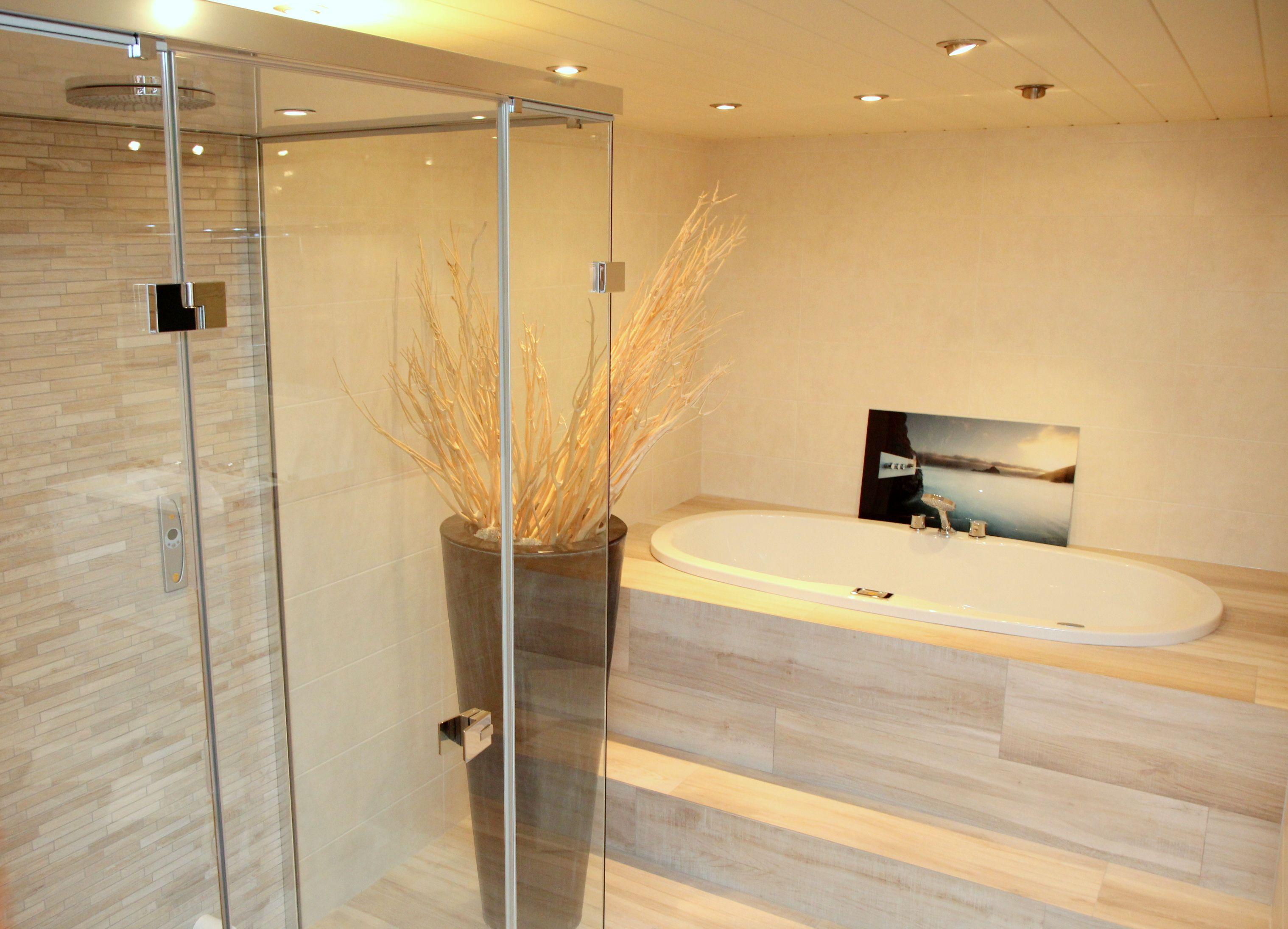 Badkamermeubel Met Stoomdouchecabine : Bubbels & jets. badkamer met natuurlijke uitstraling keramisch