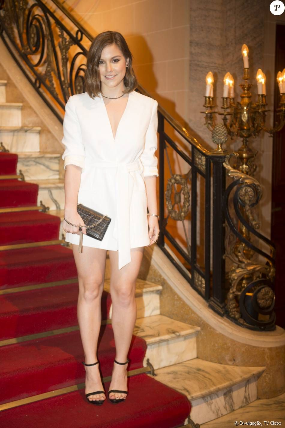 a12c898d51d Alice Wegmann investiu em look total white para o lançamento da série  Ligações  Perigosas . A atriz apostou em vestido branco Giuliana Romanno
