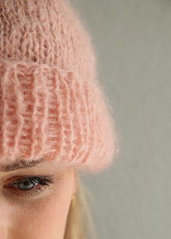 Et essensielt vinterplagg strikket i mohairgarn. Om du bare skal ha en lue så strikk denne. Tidløs og lett å lage.