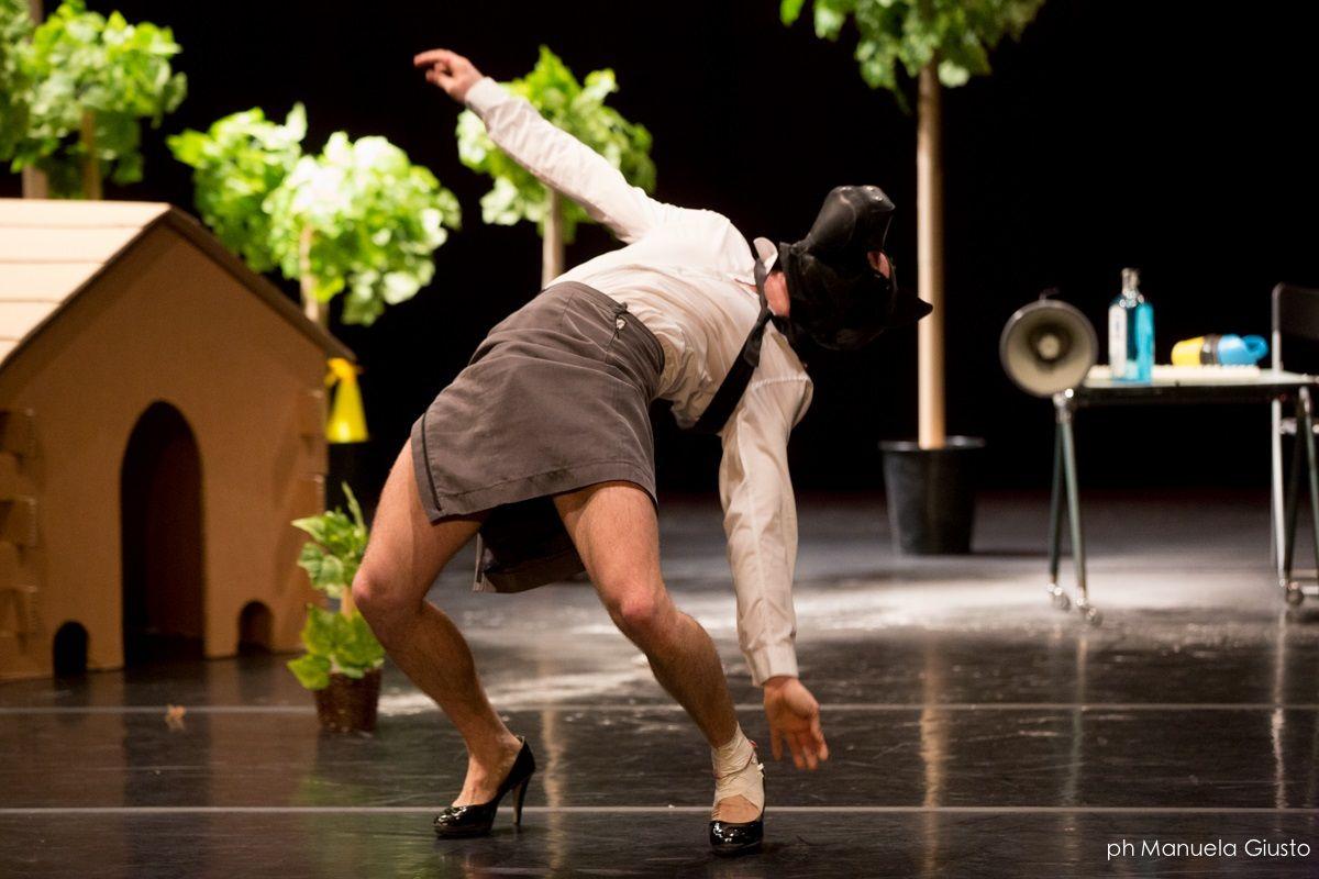 """""""Pesadilla"""" significa incubo, e lo spettacolo di Piergiorgio Milano prende vita da una banale situazione quotidiana che scivola in un universo assurdo. Foto di Manuela Giusto #VIEFestival2016 #emiliaromagnateatro #festival #theatre #danza #bologna #modena #carpi #vignola #dancer"""