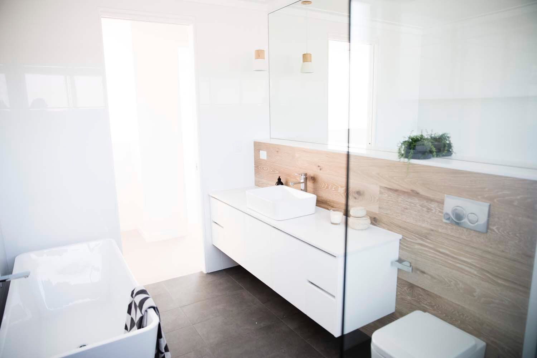 COASTAL BATHROOM Wood and white