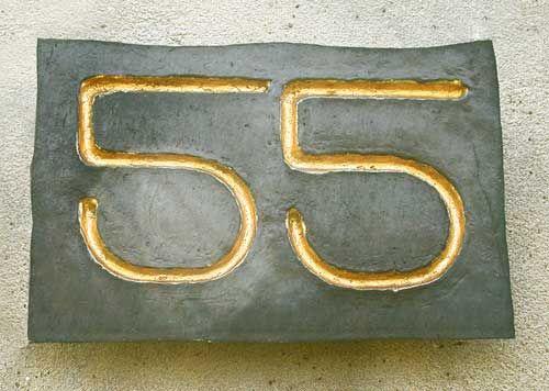 Simple Hausnummer als Kupferabschlag mit Vergoldung