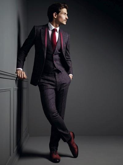 Camisa branca e gravata vermelha.