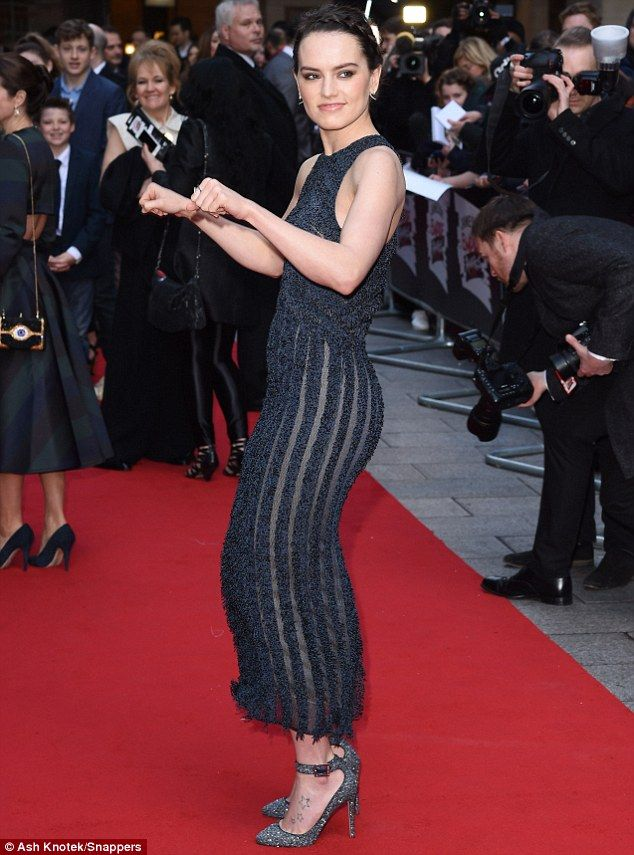 Star Wars&#39- Daisy Ridley is greeted by young fan dressed as her ...