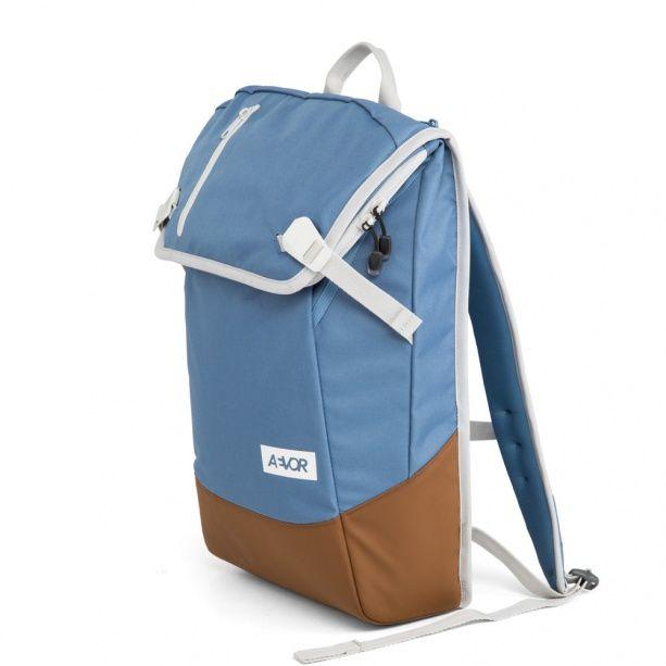 Ein Daypack ist, wie der Name vermuten lässt, ein wichtiger Begleiter im modernen, urbanen Leben. Ständig ist man unterwegs und bewegt sich von A nach B. Die Aevor Daypacks sind genau für diesen Zweck entwickelt. Moderne Begleiter die modernste Ansprüche erfüllen. Bequemer Sitz und ergonomische Stabilität sind die wichtigen Basics, die das Daypack beherrscht. Das Air-Flow Backpanel lässt die Luft zwischen Rucksack und Rücken zirkulieren. Mit dem aufklappbaren Deckel lässt sich der Rucksack…