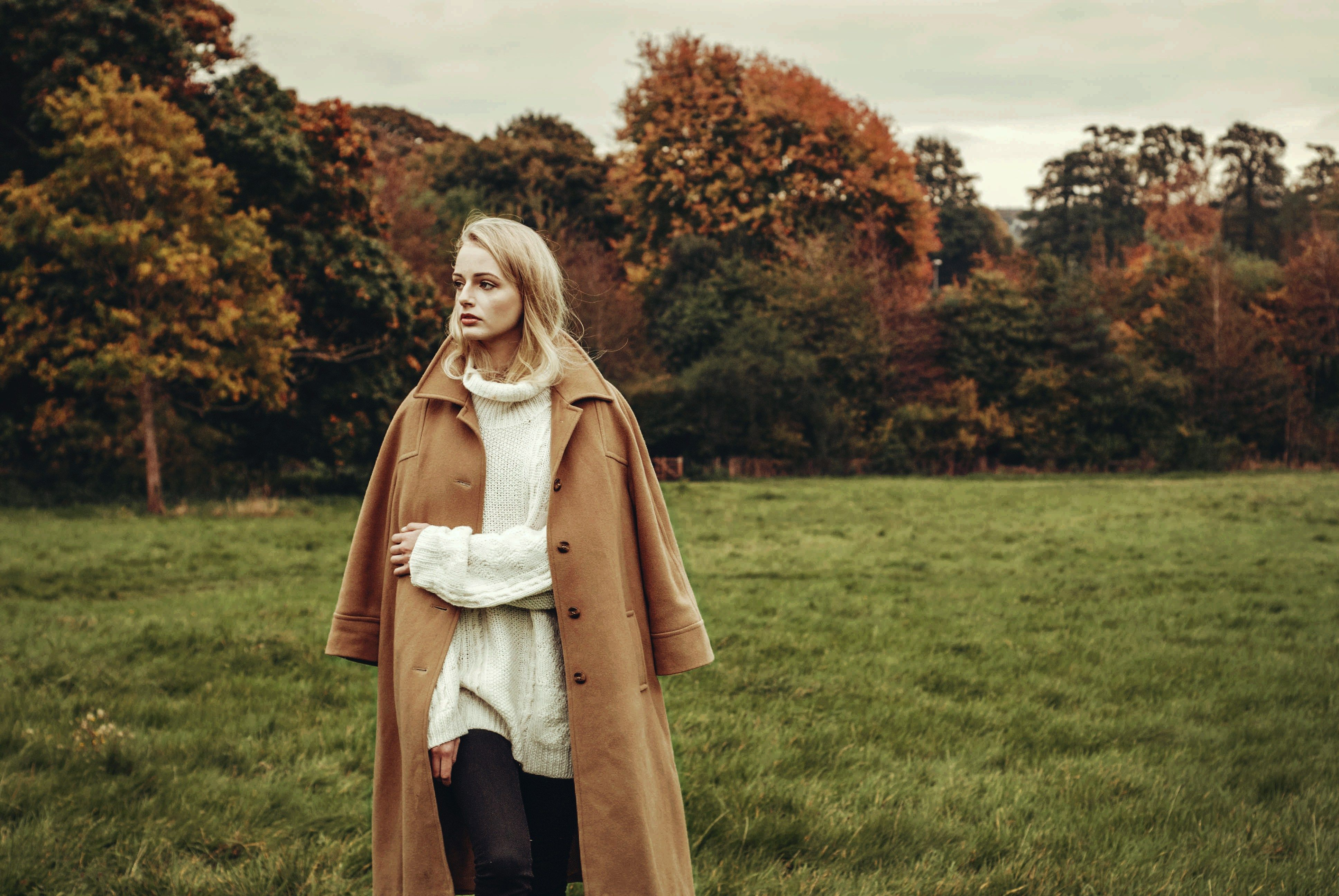 Iris Dinu - Look at the Cut, stylist, style, styling, woman, girl, fashion, autumn, winter, countryside, coat, cream, camel