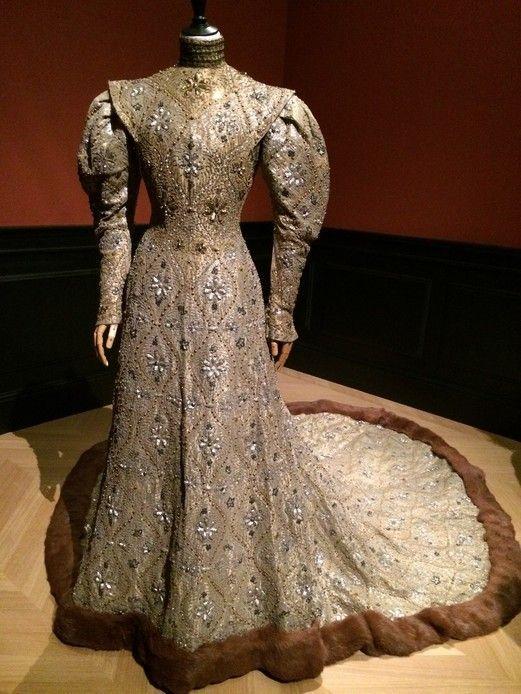 La mode retrouvée : maison Worth, robe byzantine, 1904