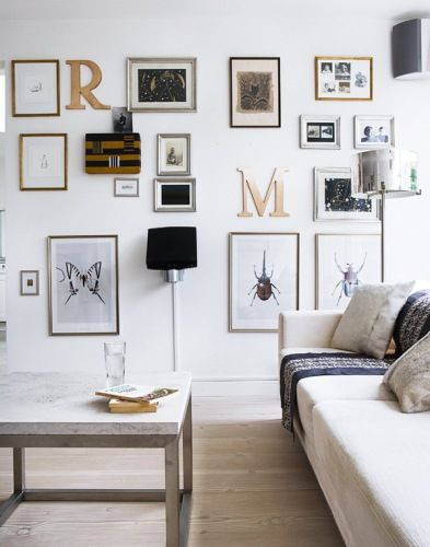 Love the art display in this living room from Bolig Magasinet.