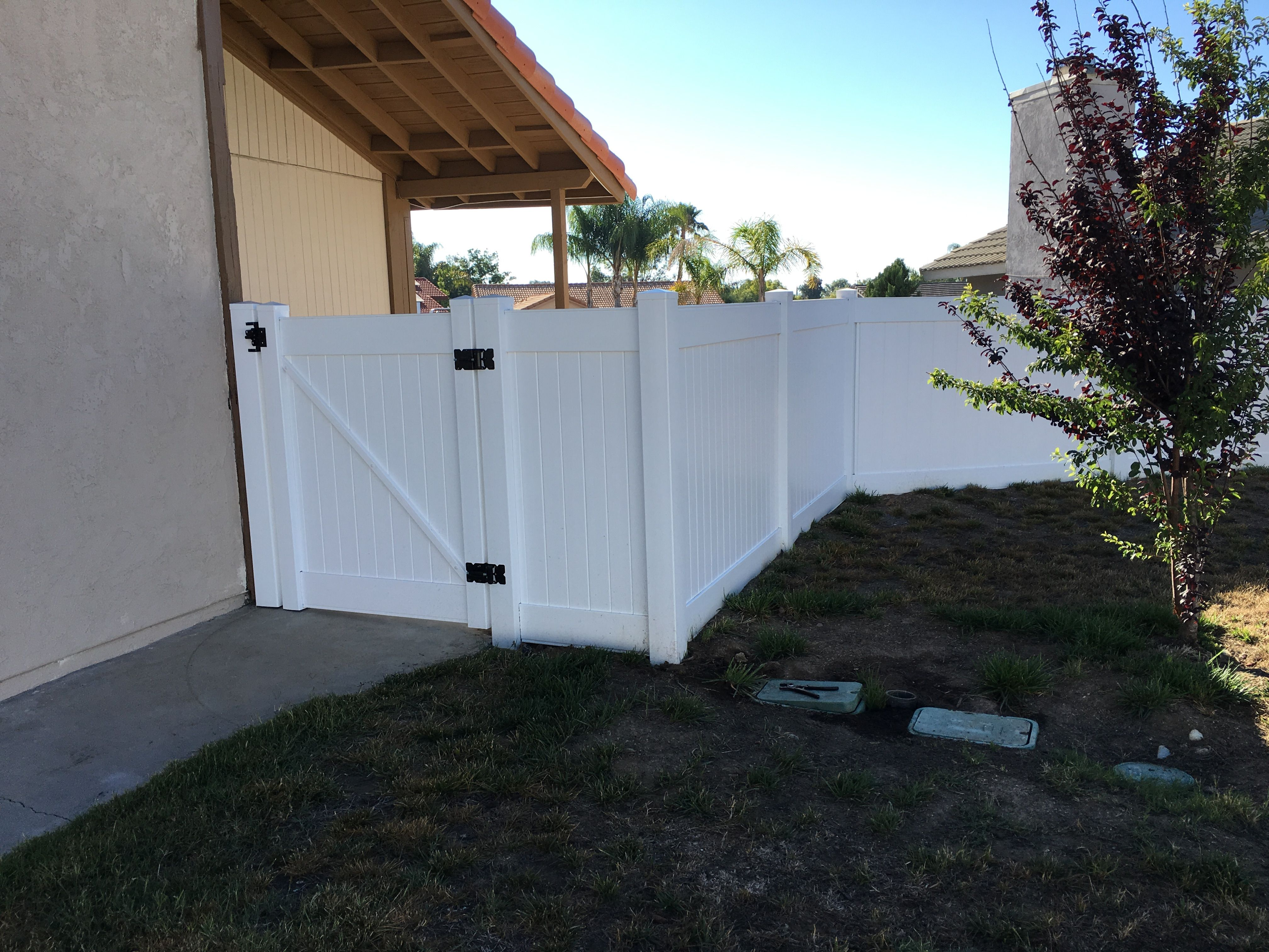 White No Maintenance Vinyl Fence And Gate With Black Hinges 3t Fence In Temecula Ca 951 304 9820 Fence Doors Vinyl Fence Door Hinges