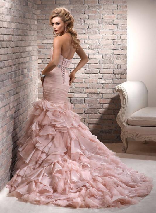 3e838e01dc02c5 Mermaid trouwjurk met roezels op maat. Prachtige roze gekleurde strapless  bruidsjurk met Sweetheart halslijn. Deze bruidsjurk kun je in ons atelier  laten ...