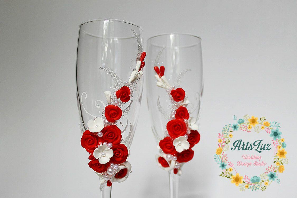 Verres de champagne de mariage avec de belles roses à la main | ce ...