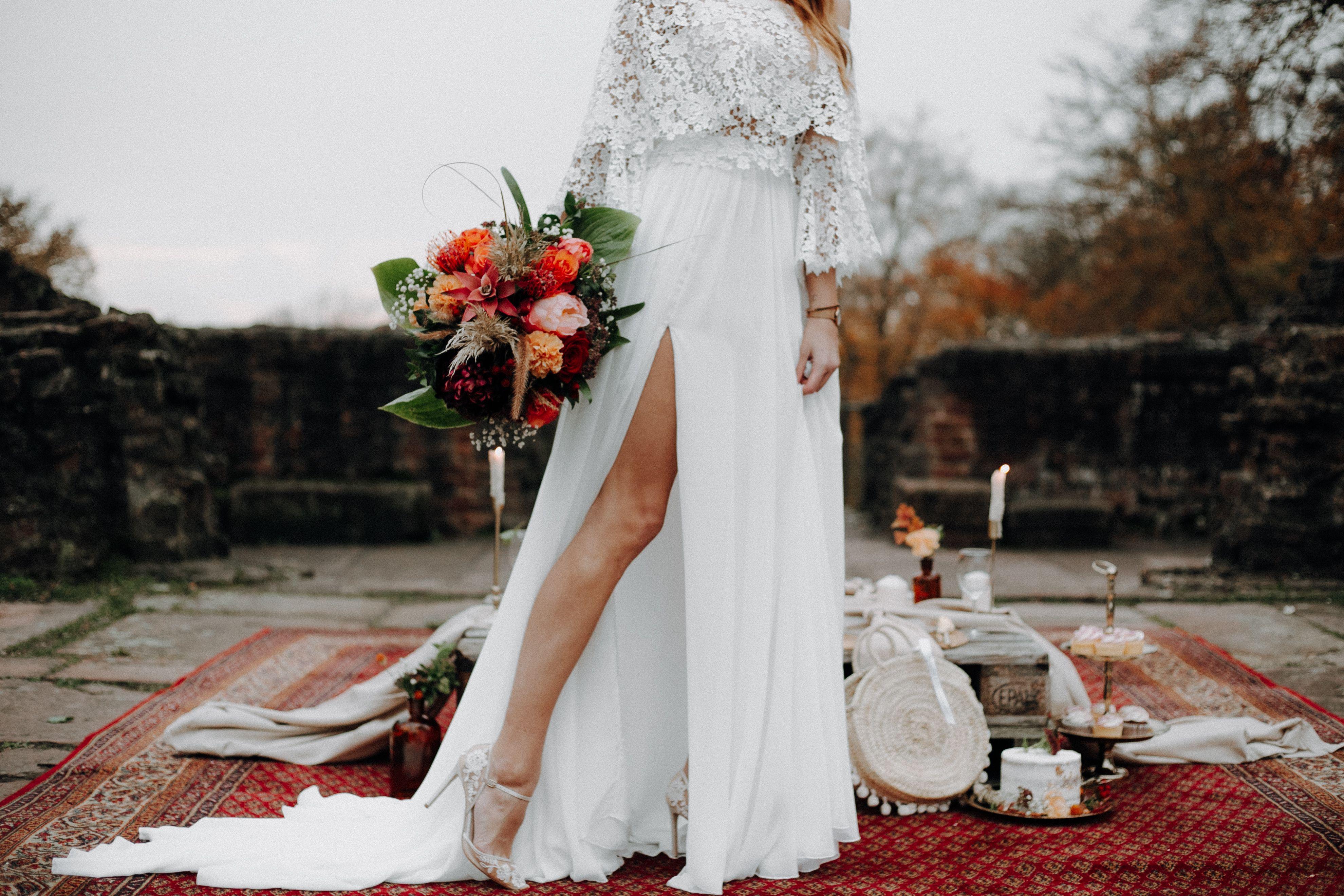 Deko Herbsthochzeit Spitzenkleid Seidenrock In 2020 Hochzeit Weisse Hochzeit Hochzeitstisch