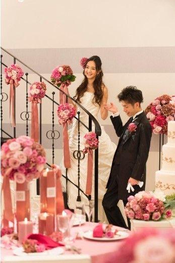 結婚式場写真「お色直し後は、新郎のエスコートで憧れの階段入場