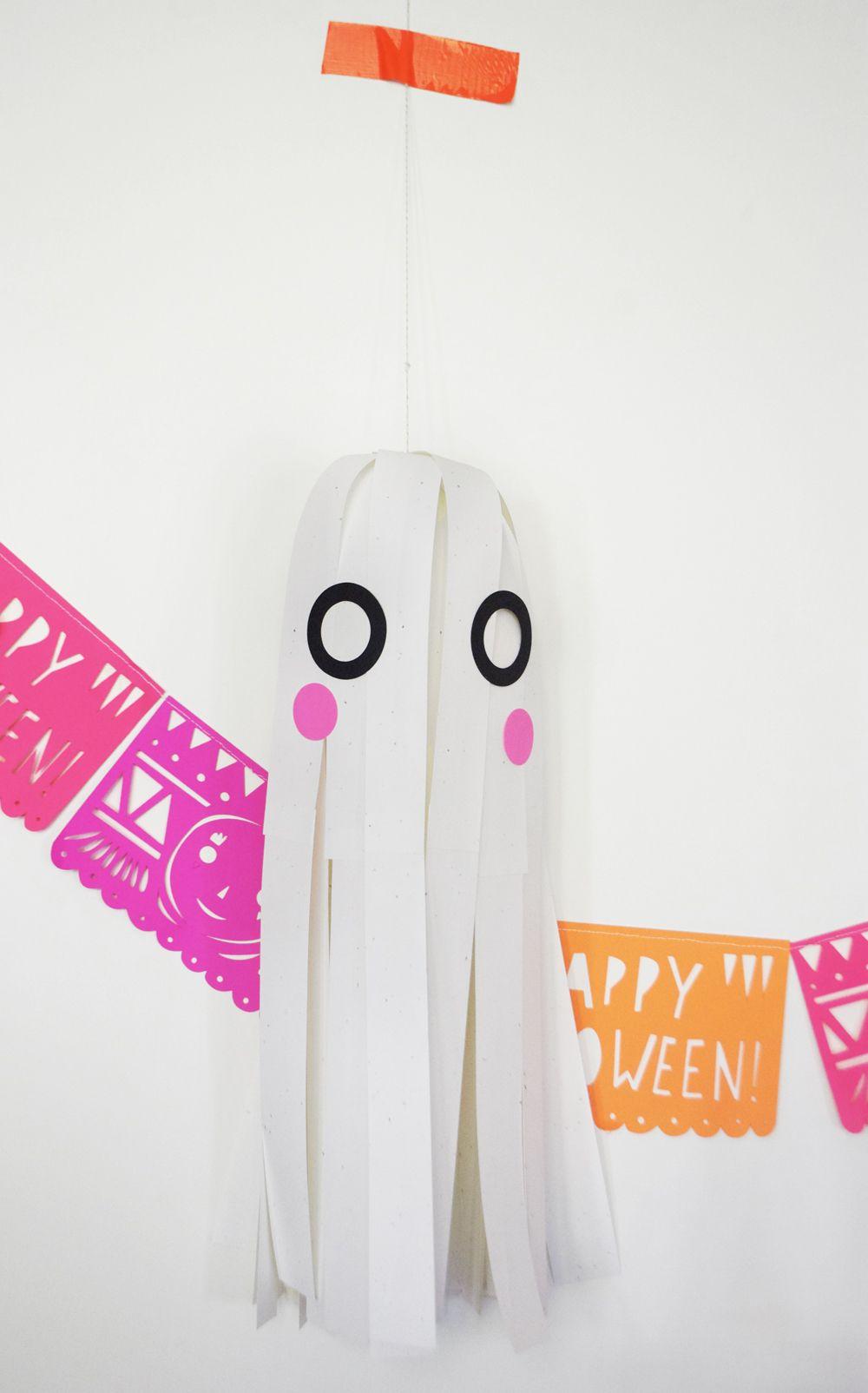 Fantasmas hechos con papel // Paper Strip Hanging Ghost