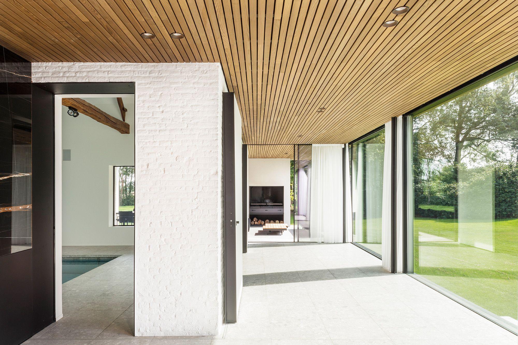 Plafond bekleding hout. Carpentier biedt een prachtig
