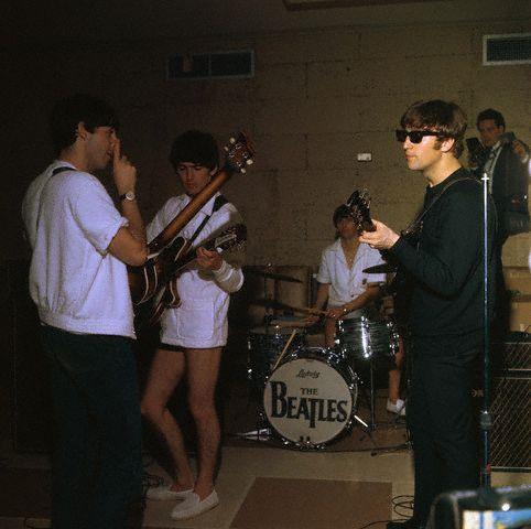 Las piernitas de Harrison :3 amo los lentes de Lennon :)