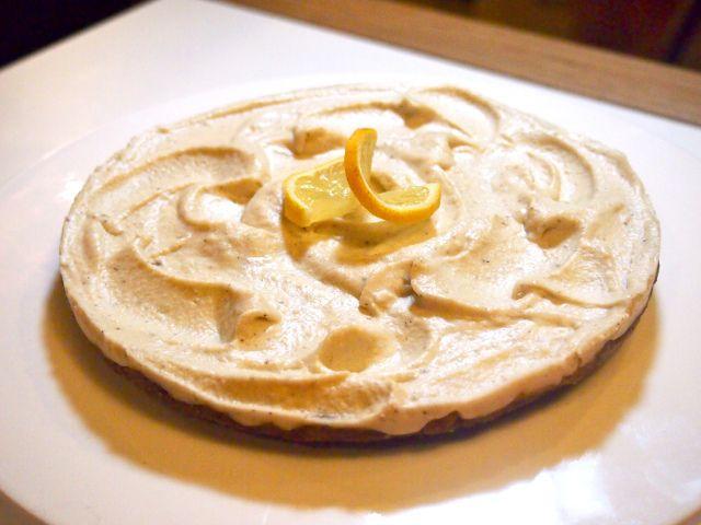 1dl mantelijauhoa 2,5dl paloiteltuja taateleita 2rkl kookoshiutaleita ripaus hyvää suolaa  Täyte 3,5dl cashewpähkinöitä (liotettuina, miel. yön yli) 1dl kookosöljyä 2 luomusitruunaa 1-2rkl hunajaa 0,5tl aitoa vaniljajauhetta  Valmista ensin pohja: aja taatelit sekä muut aineet tasaiseksi massaksi. Painele massa ohueksi pohjaksi pieneen leivinpaperoituun kakkuvuokaan (halkaisija n. 20cm), ja siirrä pakkaseen odottelemaan