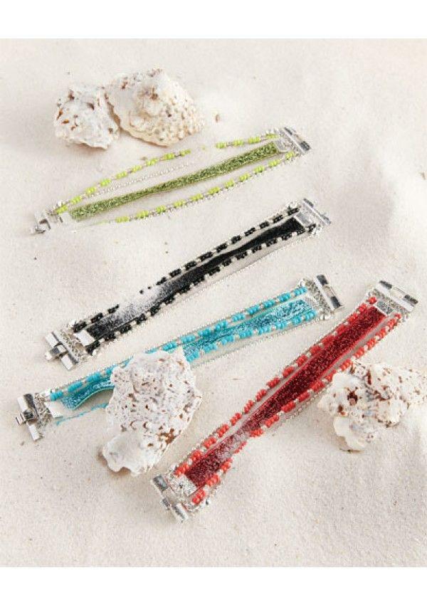 Colorés ou chics, c'est la tendance du moment. Découvrez une technique simple qui permet d'associer des perles, des breloques et des rubans avec un fermoir aimanté pour réaliser des créations originales.