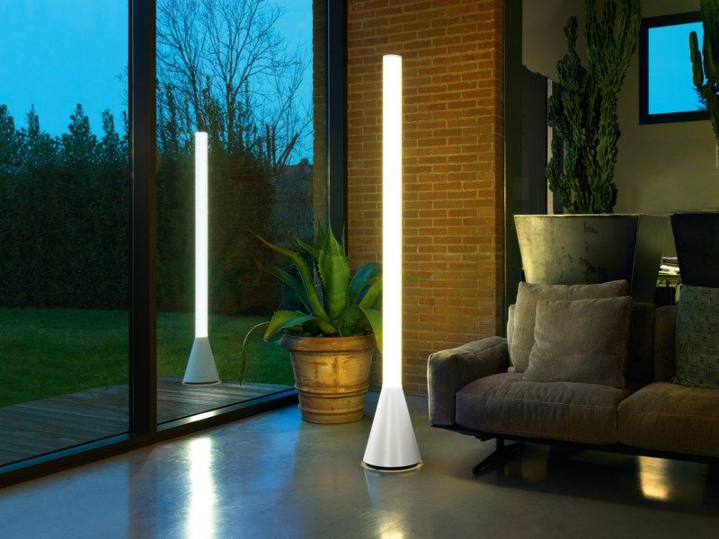 moderne stehlampe in den wohnzimmereinrichtungen