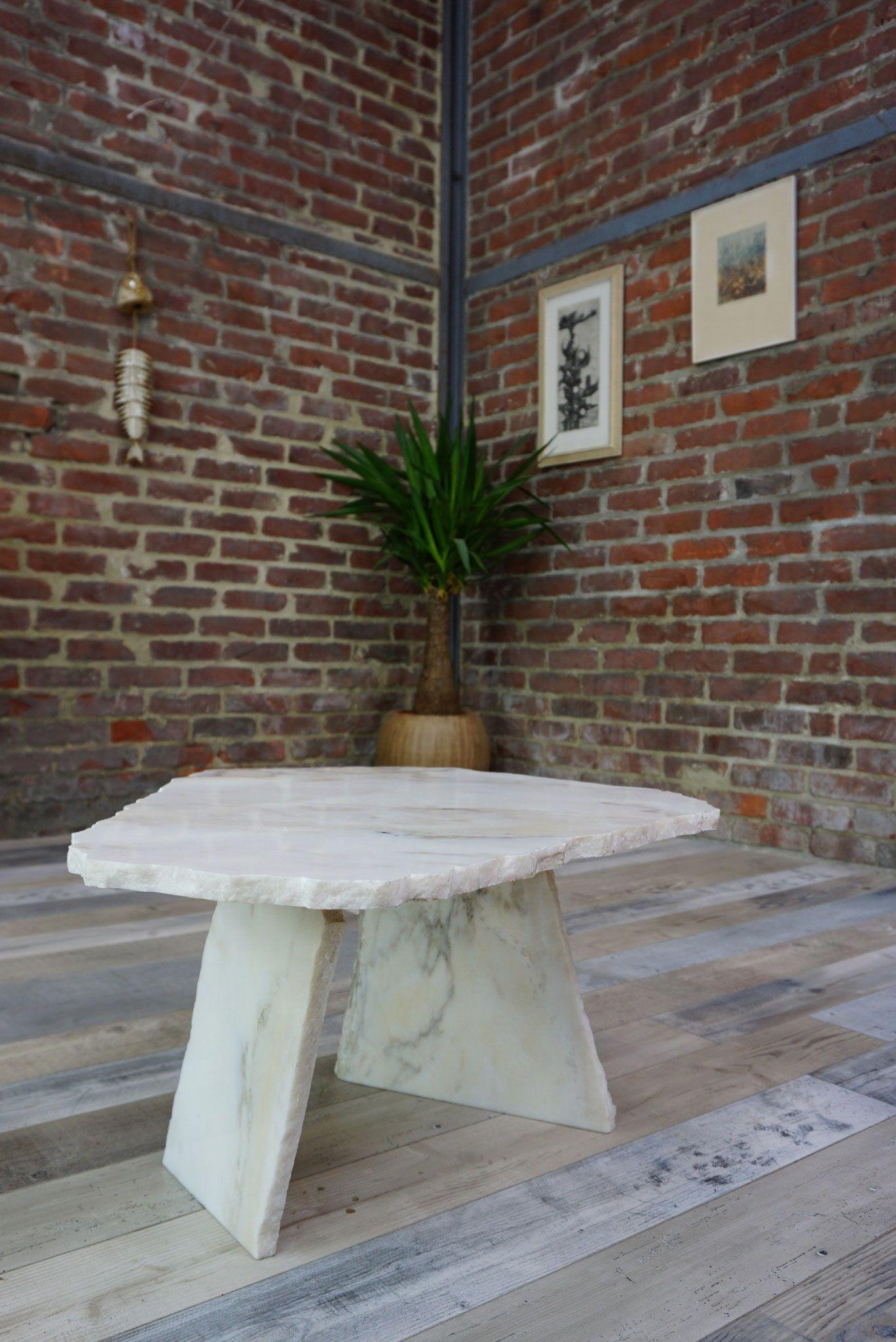 Table basse en marbre blanc de carrare design brutaliste